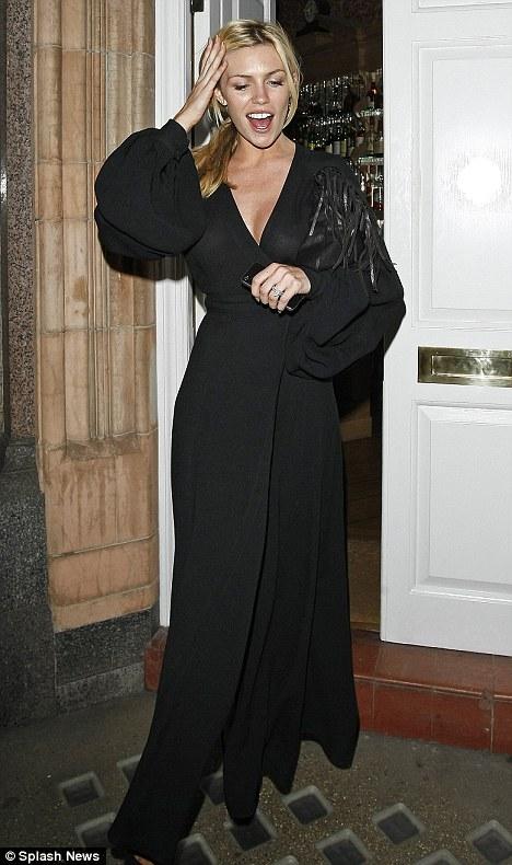 Người mẫu Anh gặp nạn với váy xẻ cao - 1