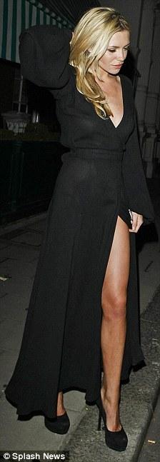 Người mẫu Anh gặp nạn với váy xẻ cao - 2