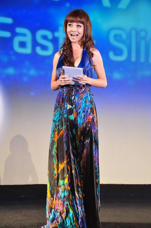 Jennifer Phạm nhợt nhạt với váy xanh - 2