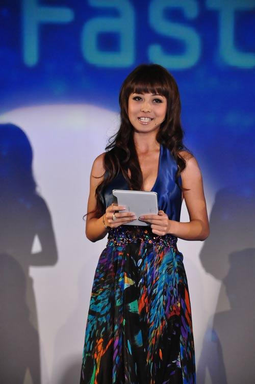 Jennifer Phạm nhợt nhạt với váy xanh - 3