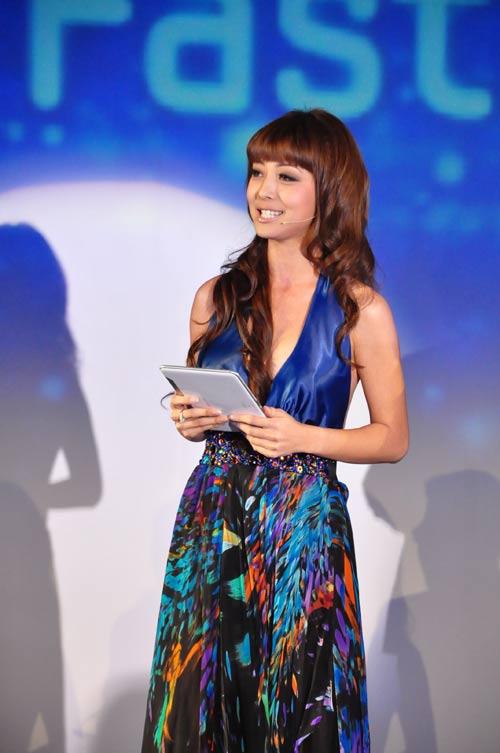 Jennifer Phạm nhợt nhạt với váy xanh - 1