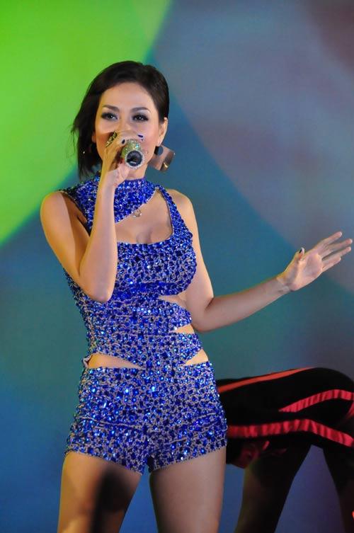 Jennifer Phạm nhợt nhạt với váy xanh - 14
