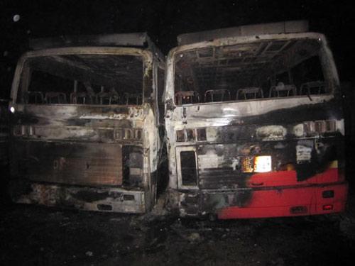 Nghệ An: 2 ô tô khách cháy rụi bí ẩn - 1