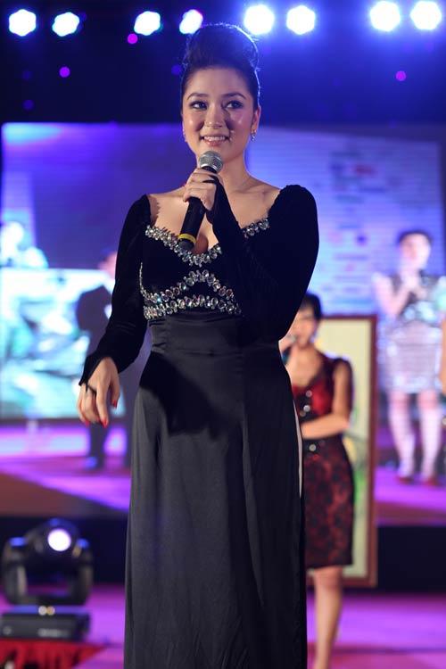 HH Nguyễn Thị Huyền lần đầu khoe giọng hát - 1