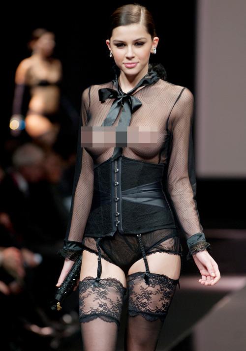 Người mẫu thả ngực trần tự tin sải bước - 1