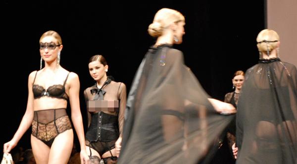 Người mẫu thả ngực trần tự tin sải bước - 7