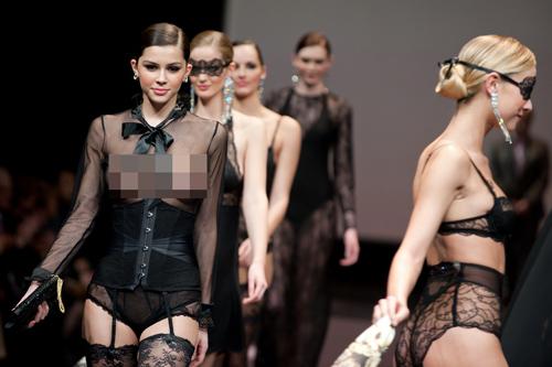 Người mẫu thả ngực trần tự tin sải bước - 8