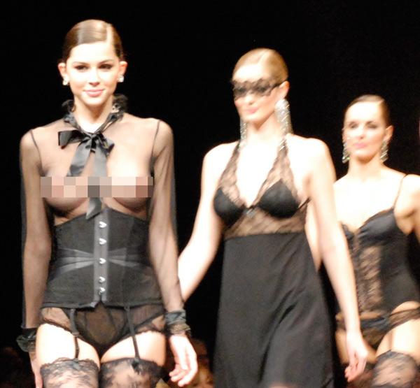 Người mẫu thả ngực trần tự tin sải bước - 5