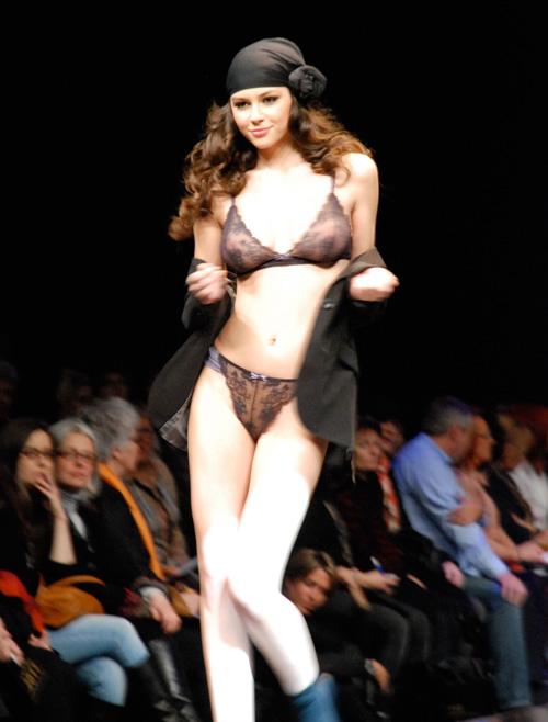 Người mẫu thả ngực trần tự tin sải bước - 14