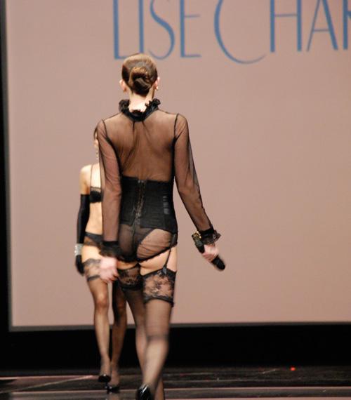 Người mẫu thả ngực trần tự tin sải bước - 4