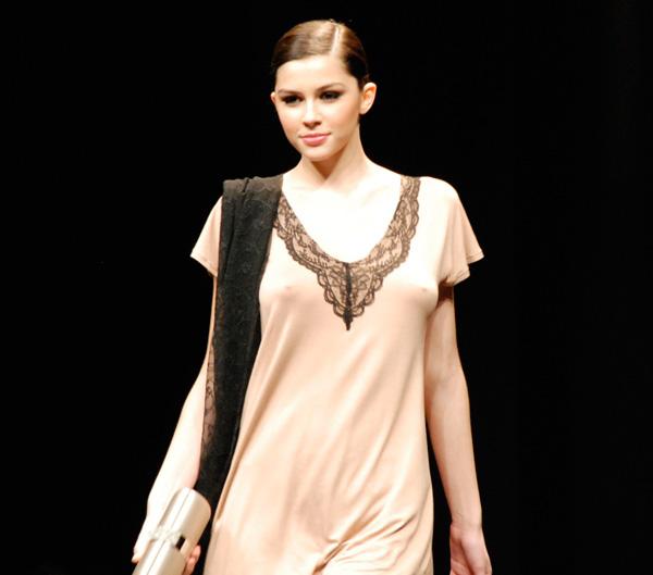 Người mẫu thả ngực trần tự tin sải bước - 18