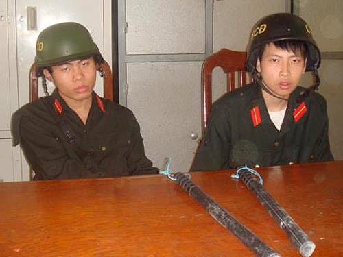 Quân trang, quân phục giả bày bán công khai - 1