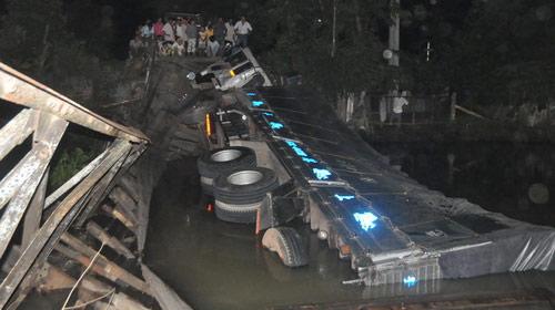 Sập cầu nối Tiền Giang và Long An - 1