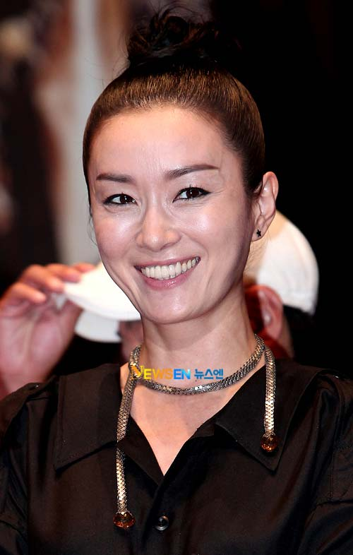 """""""Mẹ Jumong"""" gây chú ý vì thời trang """"nóng"""" - 6"""