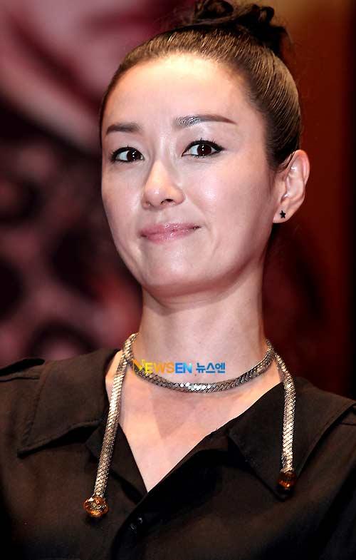 """""""Mẹ Jumong"""" gây chú ý vì thời trang """"nóng"""" - 5"""