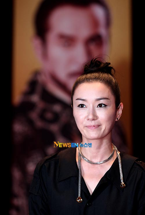"""""""Mẹ Jumong"""" gây chú ý vì thời trang """"nóng"""" - 11"""