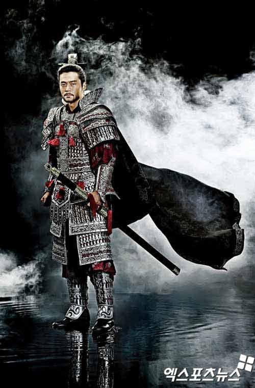 """""""Mẹ Jumong"""" gây chú ý vì thời trang """"nóng"""" - 1"""