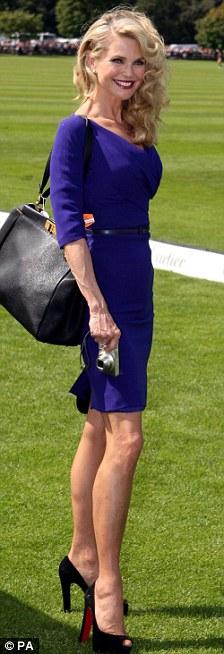 """57 tuổi vẫn """"thách thức"""" váy bó sát - 10"""