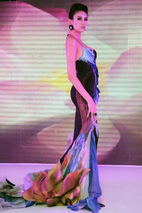 Cảm hứng hoa sen trên sàn catwalk Việt - 4