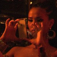"""Video: Maya chăm """"tự sướng"""" khi đi bar"""