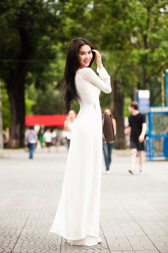 Ngọc Trinh đẹp rạng ngời với áo dài - 4