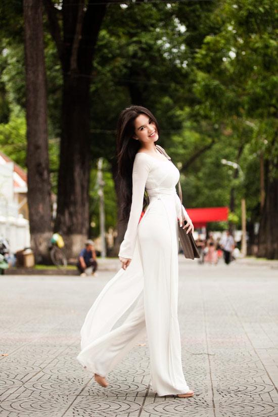 Ngọc Trinh đẹp rạng ngời với áo dài - 5