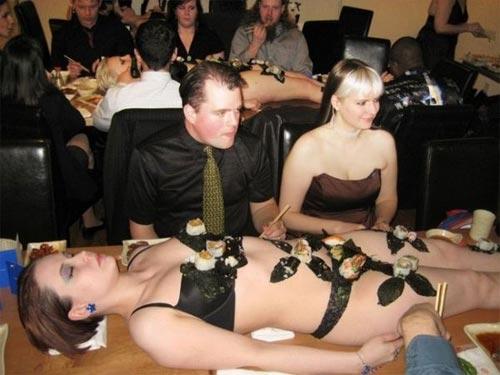 'Mốt' ăn sushi trên cơ thể mẫu nude - 2