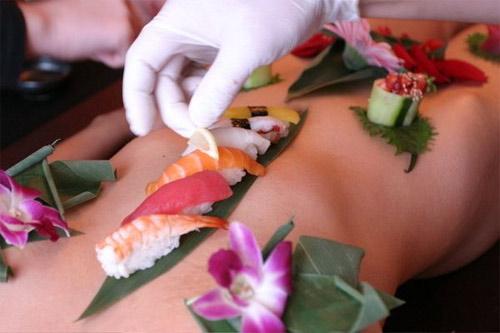 'Mốt' ăn sushi trên cơ thể mẫu nude - 3