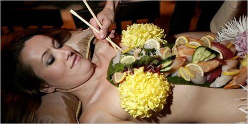 'Mốt' ăn sushi trên cơ thể mẫu nude - 5