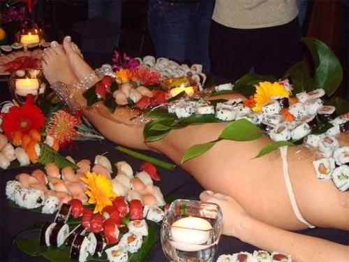 'Mốt' ăn sushi trên cơ thể mẫu nude - 7