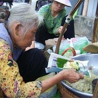 Cụ bà và gánh xôi lâu đời nhất Sài Thành