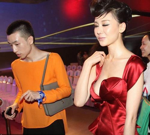 Người mẫu ngực bự bị la ó vì lộ liễu - 6