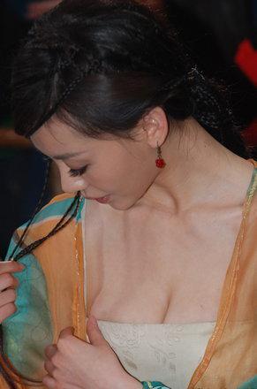 Người mẫu ngực bự bị la ó vì lộ liễu - 15