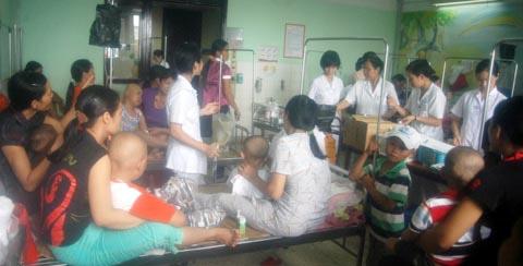 Cảnh quá tải khủng khiếp ở bệnh viện VN - 8