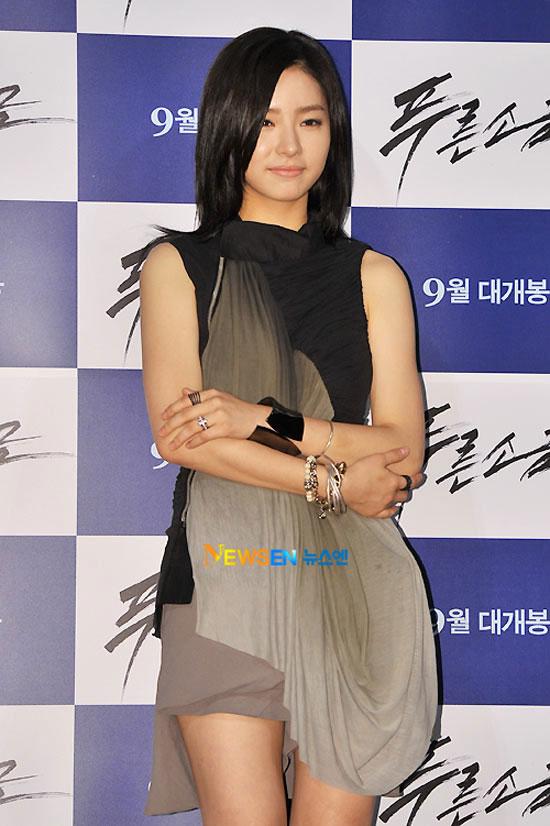 """Kim Hye Soo khoe ngực """"xịn"""" với váy mỏng - 2"""