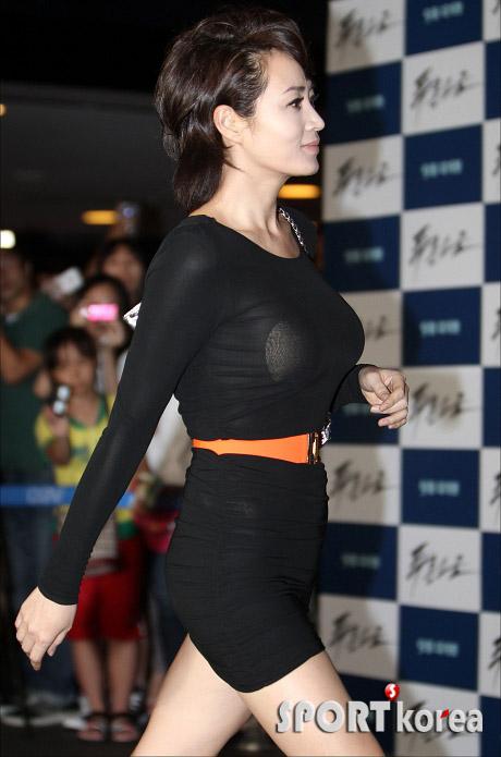 """Kim Hye Soo khoe ngực """"xịn"""" với váy mỏng - 6"""