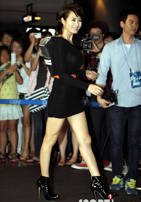 """Kim Hye Soo khoe ngực """"xịn"""" với váy mỏng - 5"""