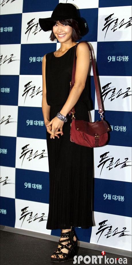 """Kim Hye Soo khoe ngực """"xịn"""" với váy mỏng - 16"""