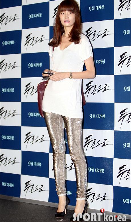 """Kim Hye Soo khoe ngực """"xịn"""" với váy mỏng - 10"""