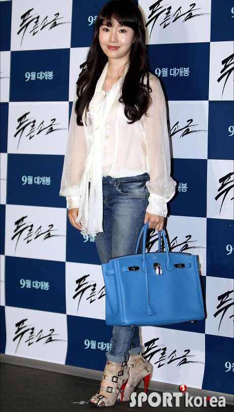 """Kim Hye Soo khoe ngực """"xịn"""" với váy mỏng - 11"""