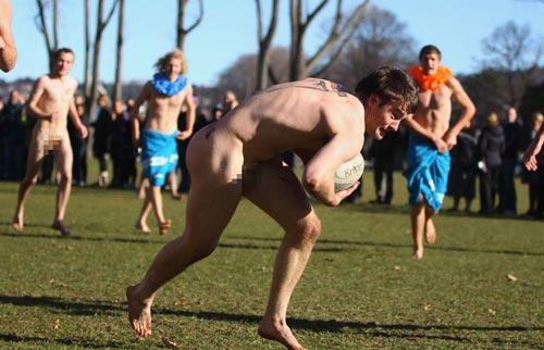 Nam nữ nude tập thể chơi bóng bầu dục - 8