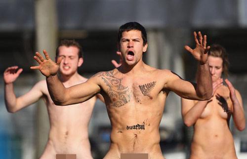 Nam nữ nude tập thể chơi bóng bầu dục - 9