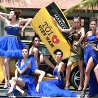 Mẫu Việt bên siêu xe của Cường Đôla