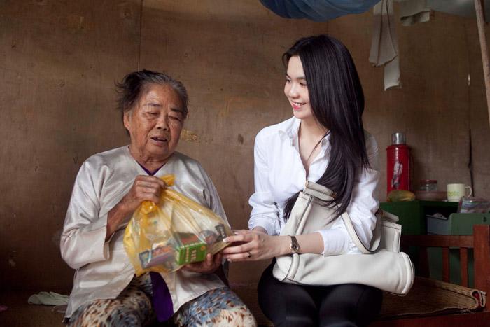 Ngọc Trinh làm từ thiện tại quê hương - 1