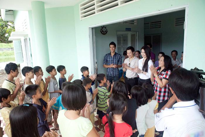 Ngọc Trinh làm từ thiện tại quê hương - 17