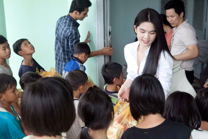 Ngọc Trinh làm từ thiện tại quê hương - 14