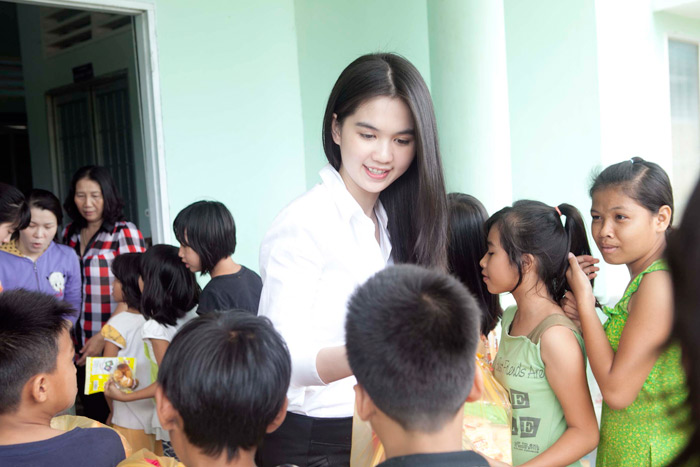 Ngọc Trinh làm từ thiện tại quê hương - 15