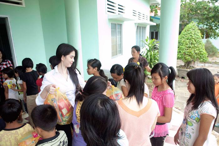 Ngọc Trinh làm từ thiện tại quê hương - 16