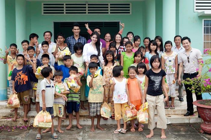 Ngọc Trinh làm từ thiện tại quê hương - 18
