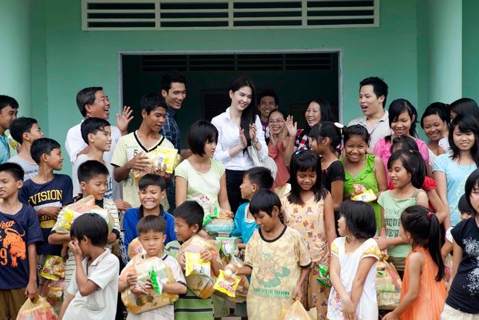 Ngọc Trinh làm từ thiện tại quê hương - 19